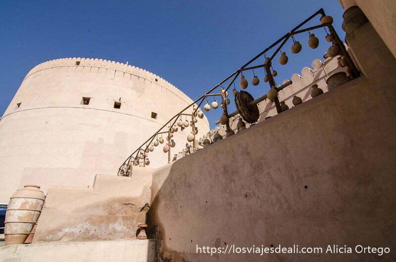 gran torreón de la fortaleza de nizwa recortado en cielo azul