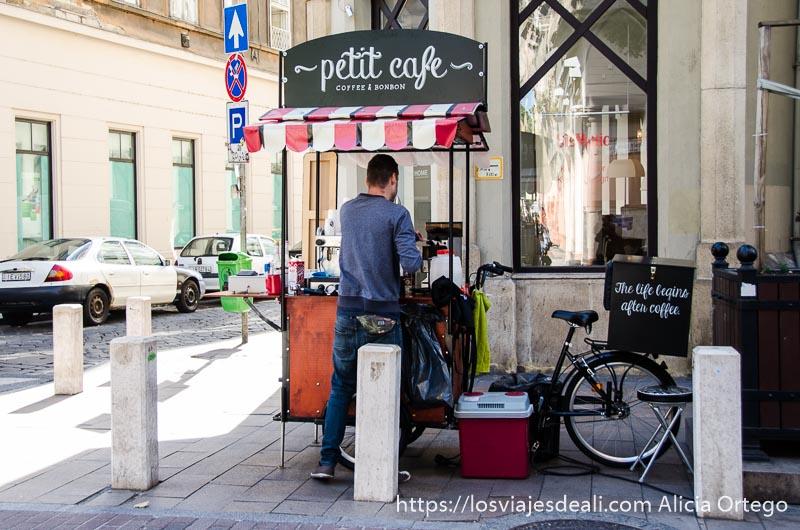 pequeño puesto de café en la esquina de una de las calles de budapest