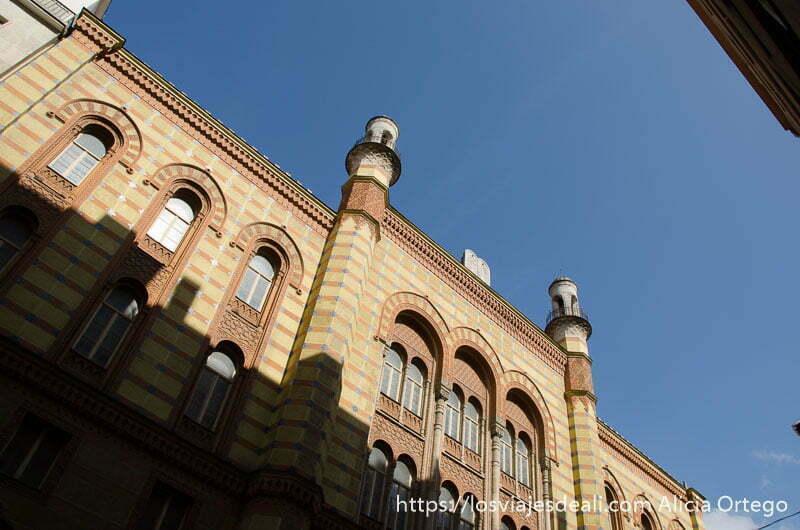fachada de la gran sinagoga vista desde abajo calles de budapest