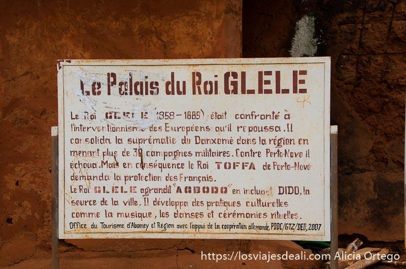cartel explicativo en el palacio de abomey escrito en francés patrimonio de la humanidad de benin
