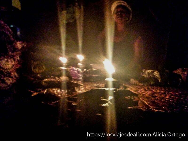 puesto de pescado a la luz de las velas en el mercado de las ánimas de abomey