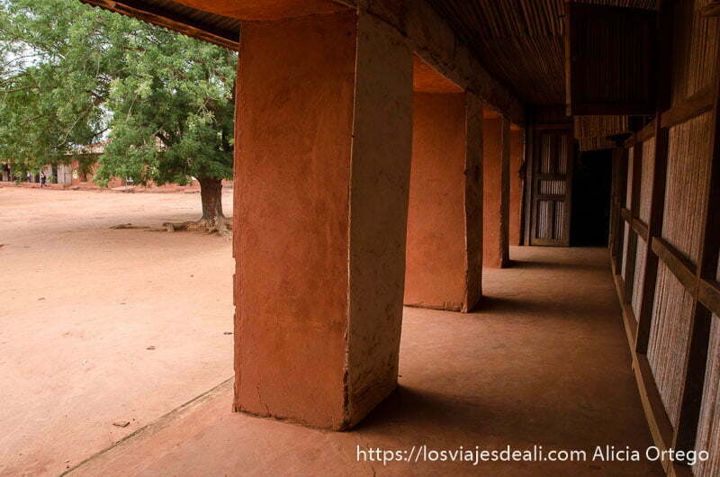 columnas y soportal todo revestido de polvo rojo en el palacio de abomey patrimonio de la humanidad de benin
