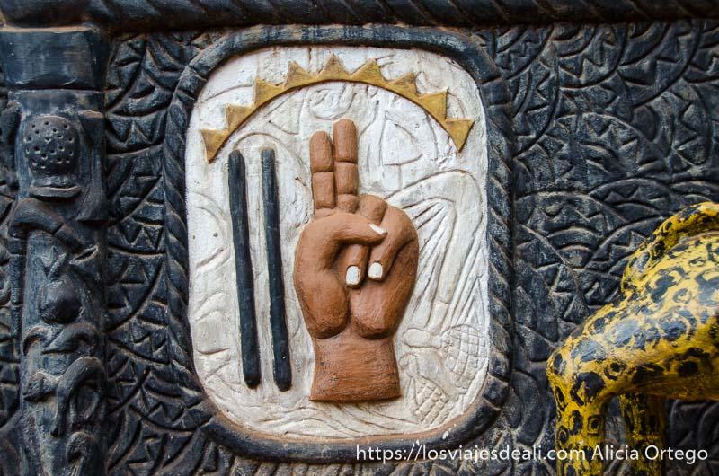 símbolo de religión vudú es una mano con dedo índice y siguiente levantados en benin