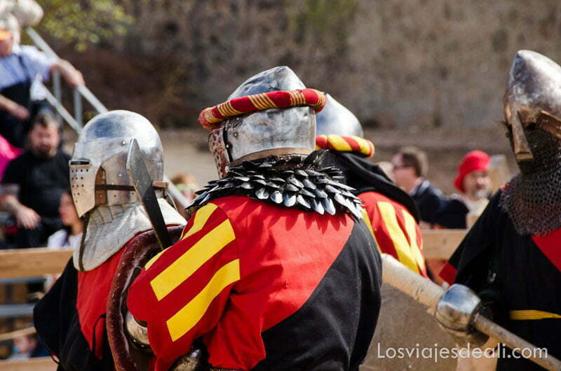 caballeros con armadura y vestido medieval torneo internacional de combate medieval