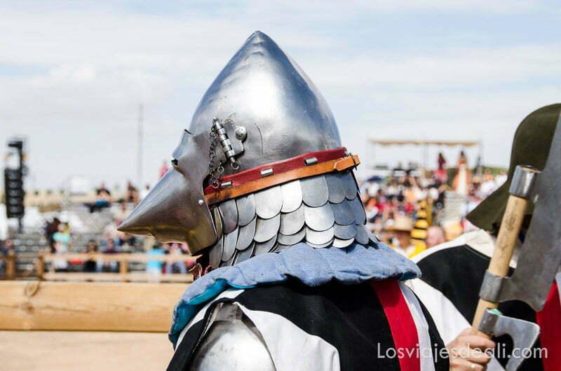 caballero con casco de metal cubriendo toda la cabeza en el torneo internacional de combate medieval