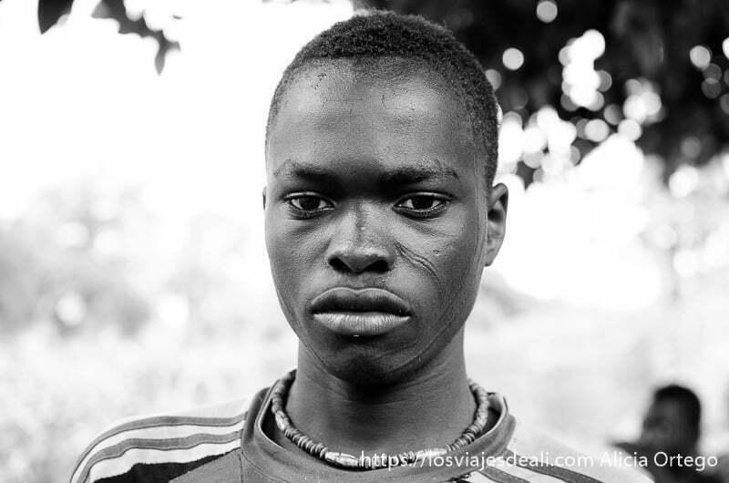 chico taneka con líneas marcando el óbalo de la cara tribus de benin
