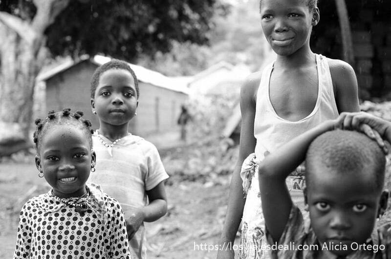 cuatro niños delante de la cámara poniendo distintas caras tribus de benin