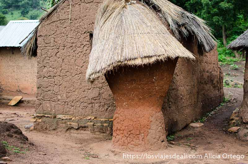 casa y granero de los taneka con paredes de barro y techos de paja tribus de benin