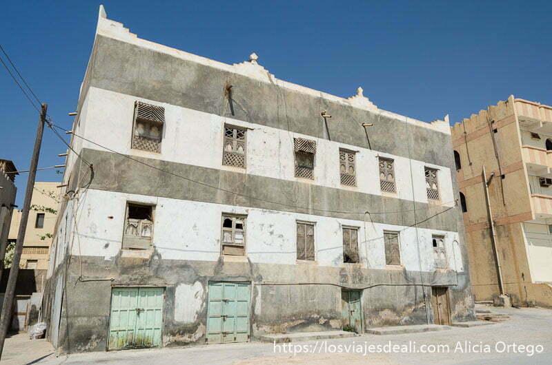 casa antigua de mercaderes de dos pisos con ventanas decoradas visitas que hacer cerca de salalah