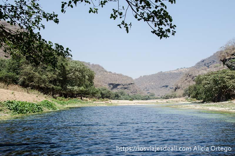 río entre montañas visitas que hacer cerca de salalah