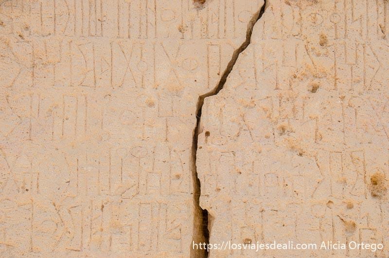 piedra con inscripciones en fenicio y una grieta en el centro en yacimiento de khor rori visitas que hacer cerca de salalah