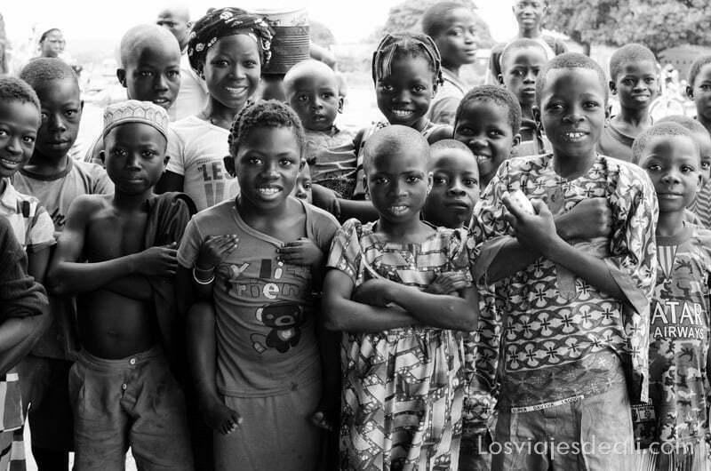 grupo de niños y niñas mirando a la cámara ruta en benin