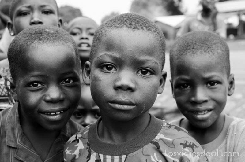 tres niños mirando a la cámara ruta en benin