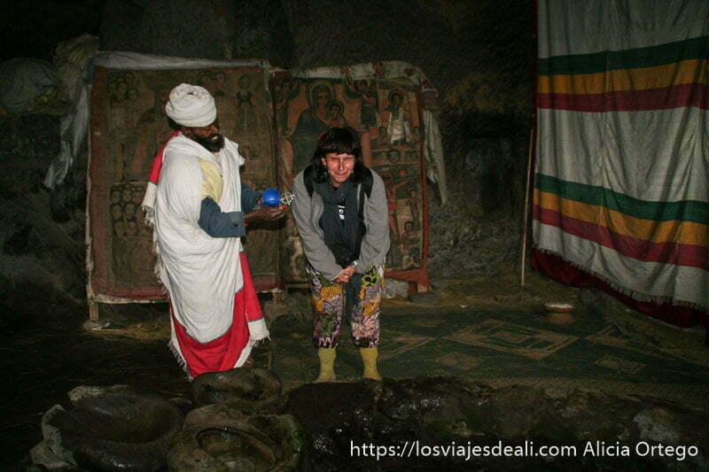 cura etíope bautizándome con agua de la montaña tirándomela a la cara iglesias de etiopía