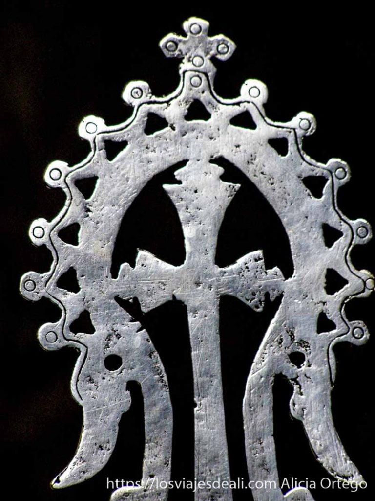 cruz de lalibela rodeada de arco