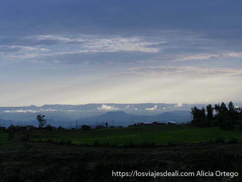 atardecer con nubes en las montañas de etiopía