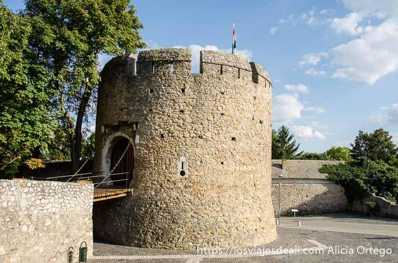 torre con puente levadizo qué ver en pécs