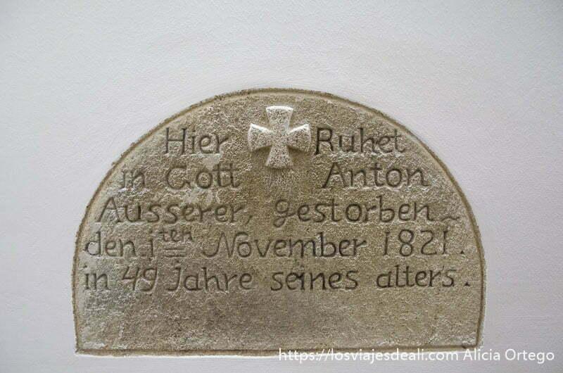 lápida antigua con cruz de malta incrustada en la pared blanca qué ver en pécs