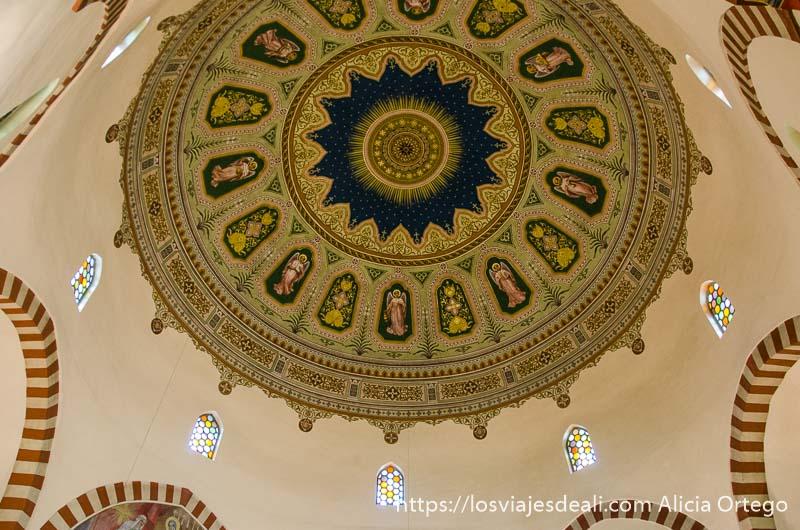 cúpula de mezquita con dibujos en dorado y azul qué ver en pécs
