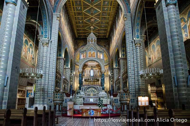 vista del altar con columnas enormes a los lados qué ver en pécs