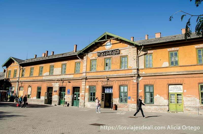 estación de tren con edificio antiguo pintado de naranja budapest