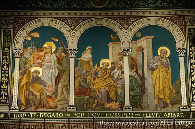 fresco con figuras de santos reyes y reinas con coronas doradas qué ver en pécs