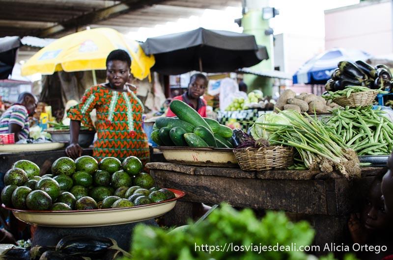 puesto de verduras con calabacines, cebollas y lechuga ruta en benin