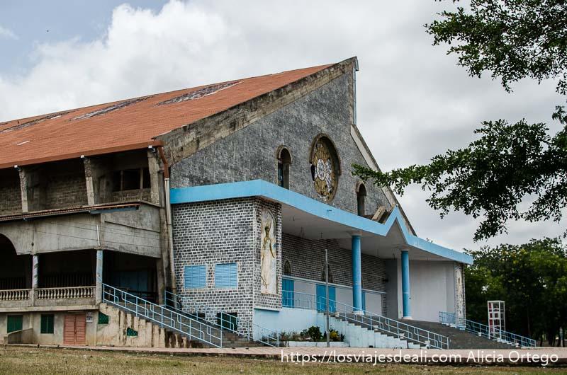 iglesia cristiana hecha de piedra y tejado rojo ruta en benin