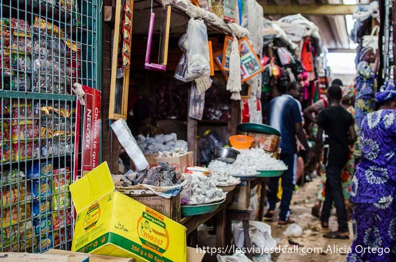 pasillo del mercado de parokou lleno de mercancías ruta en benin