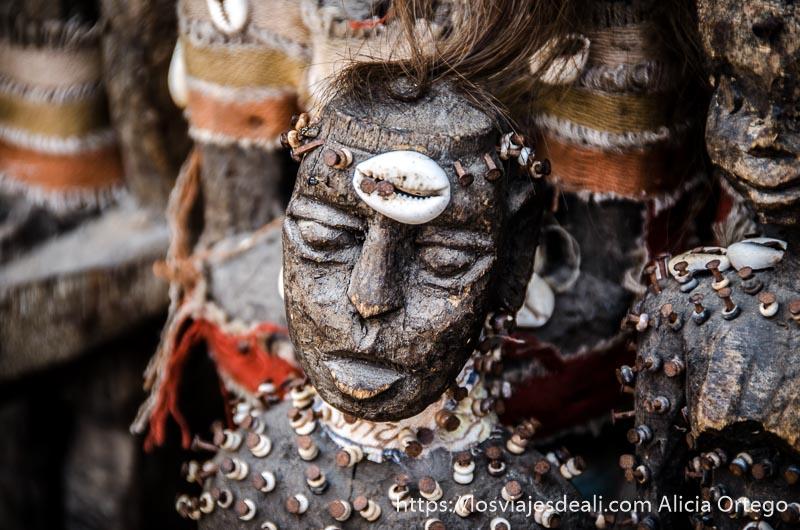 escultura vudú de madera con tornillos de hierro oxidados en la capital de togo