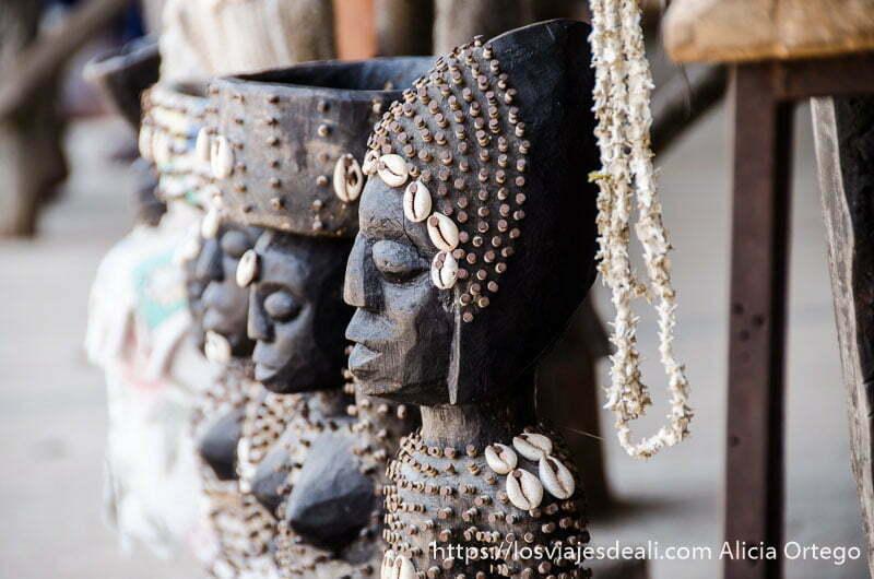 esculturas de madera con clavos y conchas cauríes en el mercado de fetiches de la capital de togo