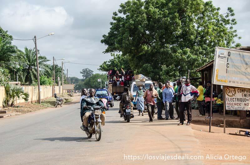 calle con motos y grandes árboles en la capital de togo