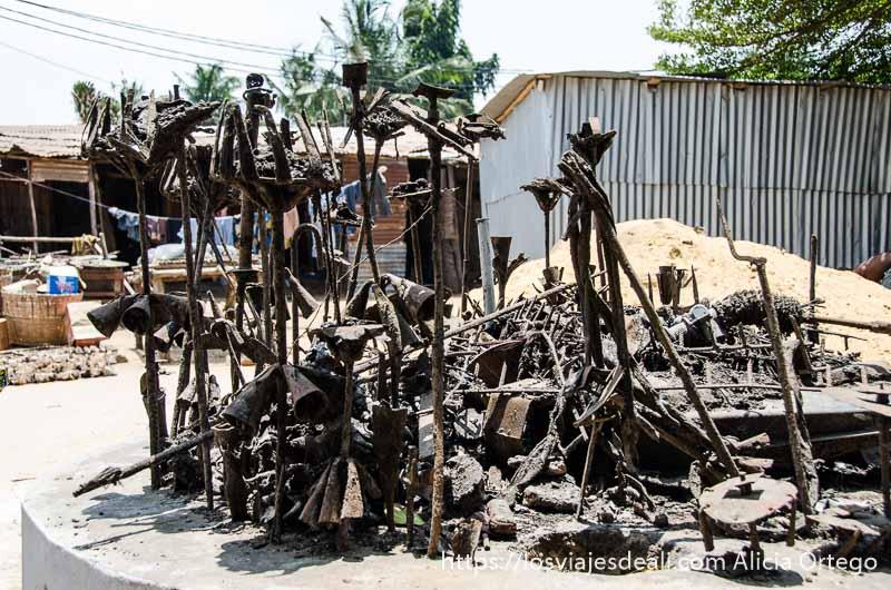 fetiche que es una escultura de hierros entrelazados y campanas en la capital de togo