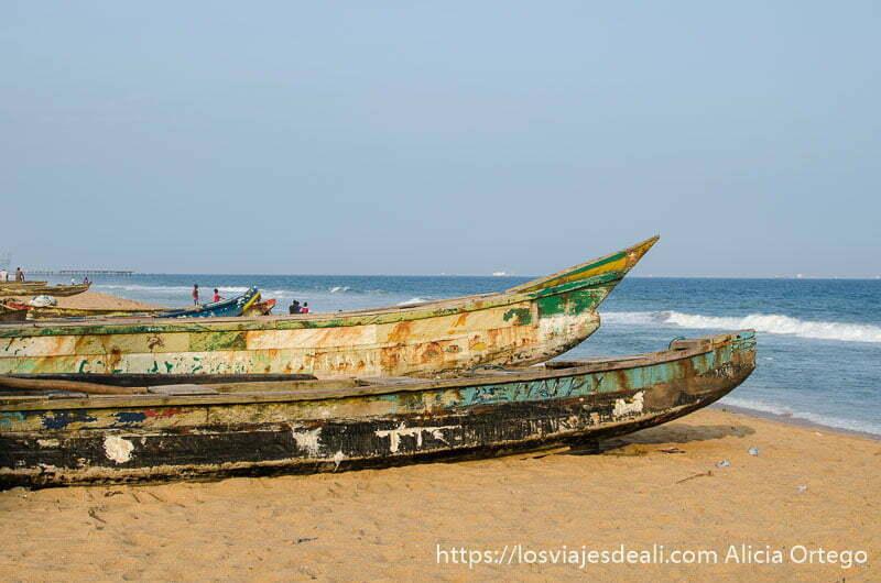 barcas de madera muy largas en la playa junto al mar en la capital de togo