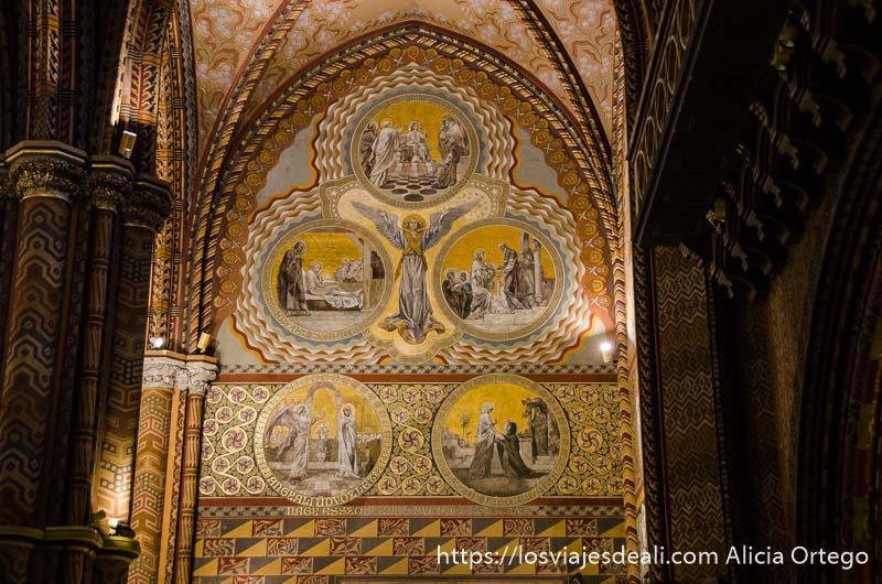 pintura bajo un arco en la iglesia de la colina guía del budapest monumental