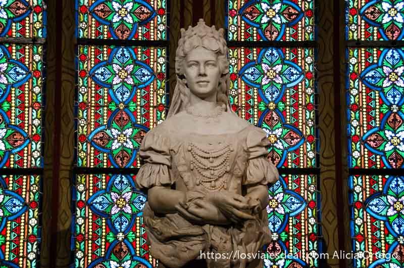 estatua de la emperatriz sissi con vidrieras detrás guía del budapest monumental