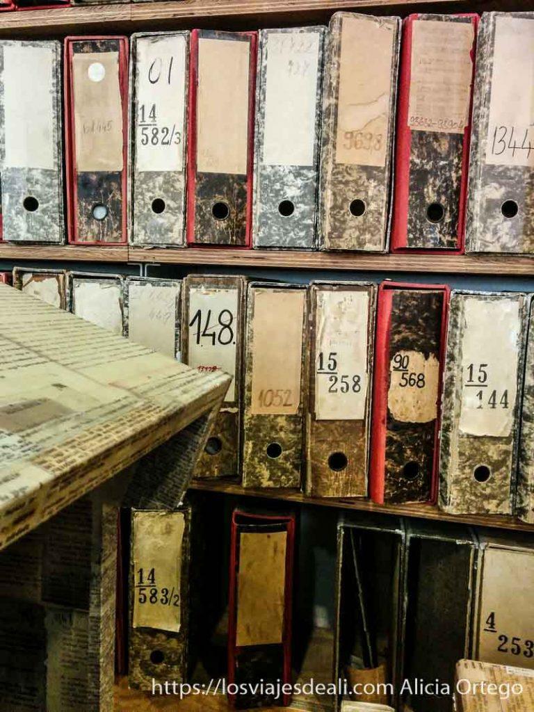 estanterías llenas de archivadores con expedientes de detenidos pasado comunista de budapest