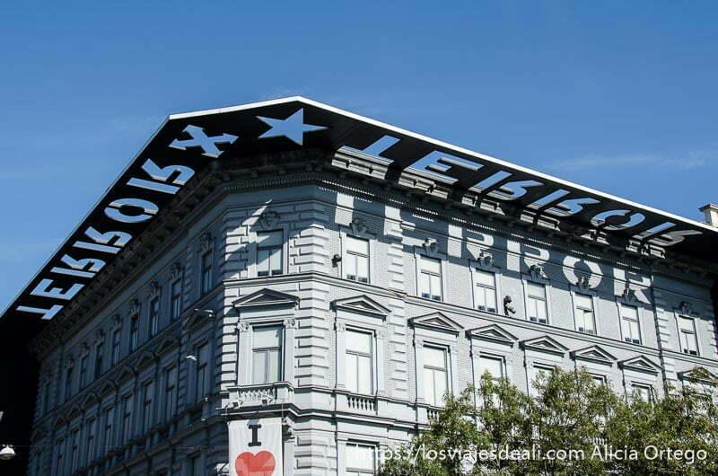 parte superior de la casa del terror un edificio gris con ventanas blancas pasado comunista de budapest