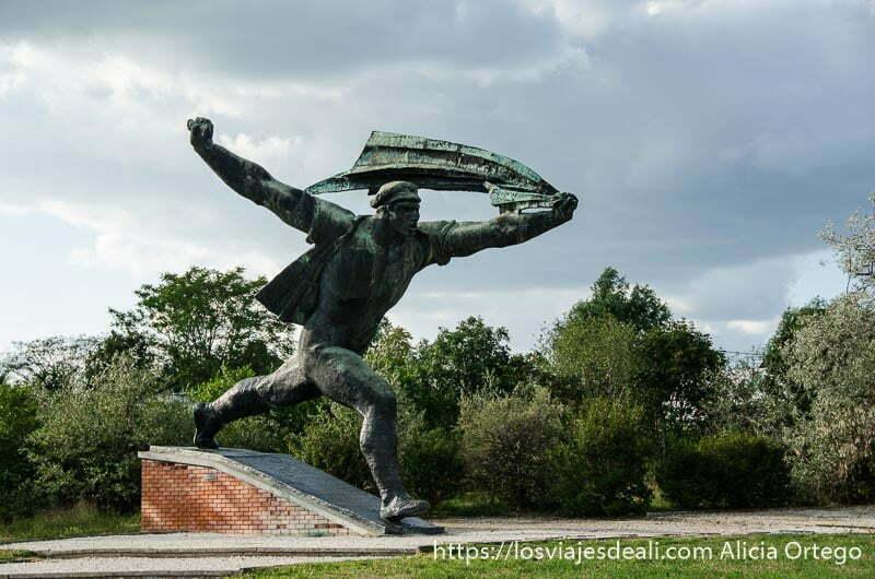 estatua enorme de revolucionario corriendo con brazos abiertos pasado comunista de budapest