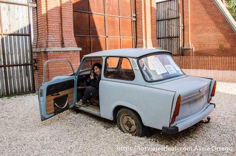 yo subida en un coche zastava pintado de gris pasado comunista de budapest