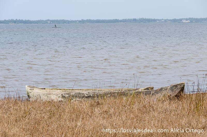 barca en la orilla con el lago al fondo en togoville