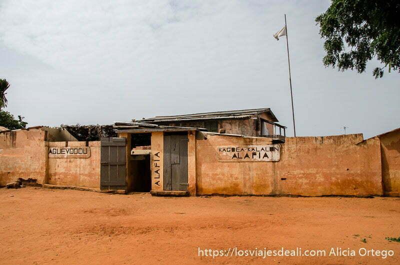 casa de togoville en plaza con suelo de tierra roja