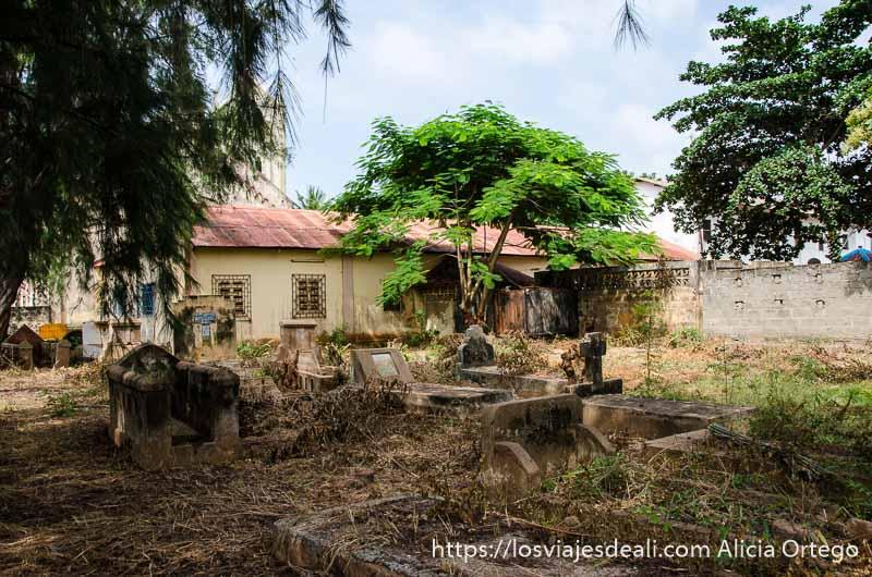 antiguo cementerio de la parte trasera de la catedral de togoville lleno de maleza
