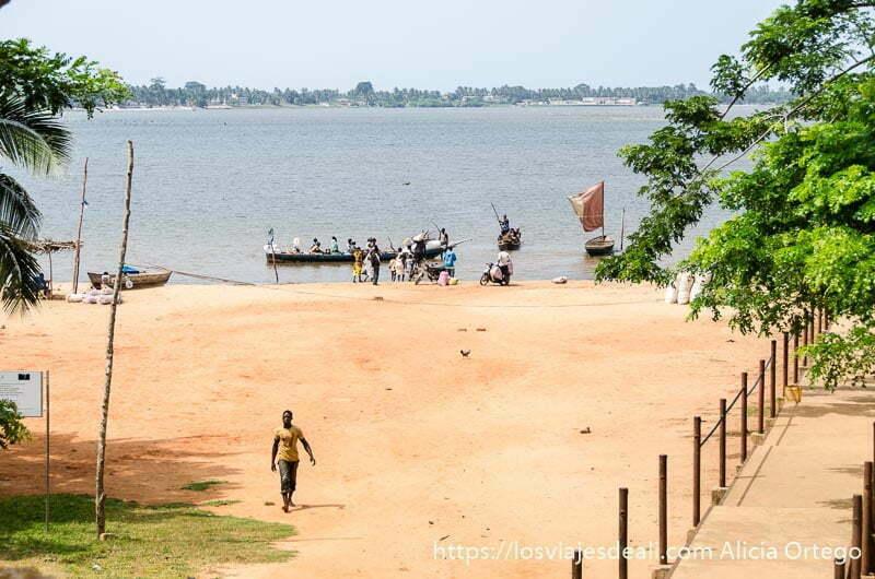 barcas en la orilla de playa del lago de togoville