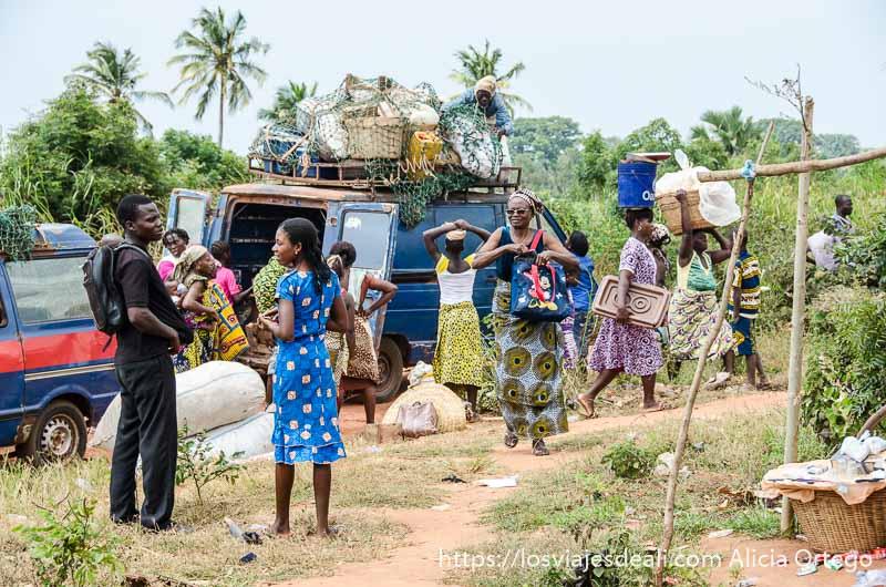 descargando mercancías de una furgoneta en el mercado de togoville