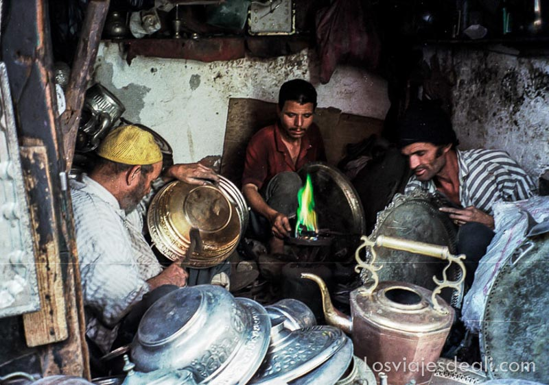 tres herreros trabajando en el zoco de Marrakech viajando se rompen tópicos