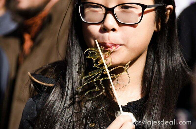 niña china comiendo un dulce
