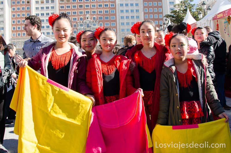 niñas chinas vestidas de flamencas en el año nuevo chino en madrid