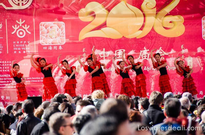 niñas bailando flamenco en el escenario del año nuevo chino en madrid