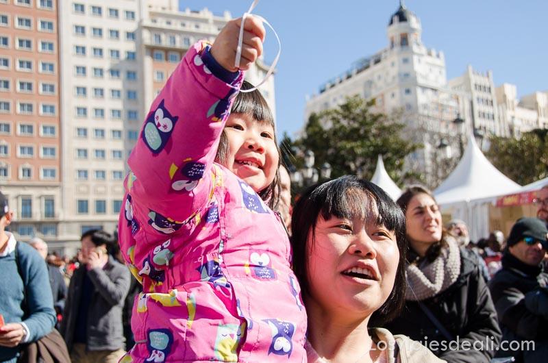 madre con su hija en brazos sonrientes en el año nuevo chino en madrid